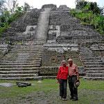 Wir beide vor der großen Pyramide.