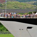 Das Schleusen ist auch spannend für die Passagiere des Schiffes.