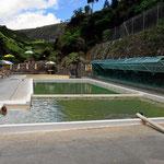 Etwas weiter weg gibt es diese Schwimmbecken mit Thermalwasser, und alles kostenfrei.