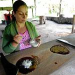 """Eim Teil der Zuckerlösung wurde vorher """"beiseite geschafft"""" und hier in Vertiefungen gefüllt. Er wird angereichert mit z.B. Kokosnussstückchen oder anderen Sachen."""