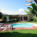 Die Hacienda mit Swimmingpool, sehr luxuriös.