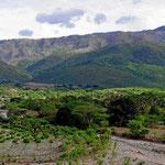Auf der Fahrt zur Finca Aurelis. Kahle Berge, alle mal mit Urwald bedeckt. Jetzt wächst hier nichts mehr, die Erde ist weg.