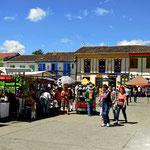 Der zentrale Platz von Salento, alles voll mit Buden und Geschäften.