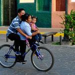 Eine echte Familienkutsche. Wir haben Fahrräder mit bis zu vier Leuten darauf gesehen.