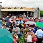 Auf dem Platz vor der Basilica ist eine große Outdoor-Messe.