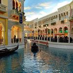 Venedig mit den Kanälen und Gondeln.