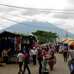 Der Markt von Antigua. Im Hintergrund der Vulkan Agua.