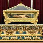 Wenn Jesus wüßte, wie edel er hier begraben wird, alles in Gold.