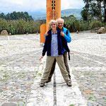 Wir stehen genau am Äquator, links stehen wir auf der Nordhalbkugel und rechts auf der Südhalbkugel.