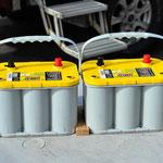 Zwei unserer drei neuen Batterien mjit den Haltehölzern zur fixierung.