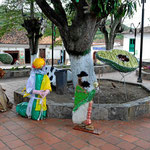 Auf der zentalen Plaza von Los Santos könen wir diese (und weitere) Figuren bewudnern, alles aus altem Plastikmaterial gefertigt.