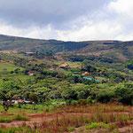 Wir nähern uns Barichara. Es ist die übliche kolumbianische Landschaft, viele Wiesen und wenig Wald. Trotzdem ist das Land nur sehr dünn besiedelt.