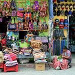 Panajachel ist ein Touristenort. Man kann hier so alles kaufen, was die Mayas herstellen.