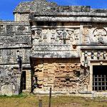 """Das """"Nonnenhaus"""" und die """"Iglesia"""". Das Nonnenhaus war mal ein Palast der Mayakönige."""