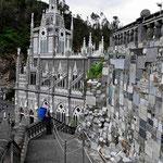 Auf dem Weg zur Wallfahrtskirche. An der Felswand hängen tausende von Tafeln über irgendwelche Wundersachen.