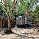 Der Campingplatz, etwas eng aber schattig (leider schlecht für die Solarzellen).