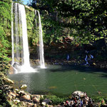 Ein wundervoller Wasserfallmit Badeteich.