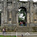 Die alte Kathedrale - bevor sie fertig wurde, war sie schon wieder kaputt durch das Erdbeben von 1910.