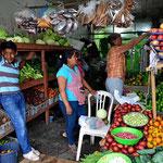 Marin beim Gemüse- und Obsteinkauf. An der Küste selber werden wir wenig bekommen.