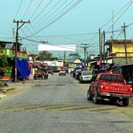 Rio Dulce, eine Straße quält sich durch den Ort.