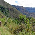 Bergwelt auf der Fahrt nach Onzaga. Wald sehen wir nur wenig, der ganze alte Urwald wurde abgeholzt. Was die Leute mit den vielen Wiesen machen, wissen wir nicht, Rinder haben wir kaum darauf gesehen.