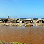 Slumviertel zwischen Lagune und dem Meer. Wenn hier das Wasser nur wenig steigt, steht alles unter Wasser.