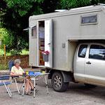 Camperleben auf der Straßein der Nähe des Yachtclubs.