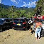 Im Valle de Cocoa geht es nicht anders zu. Autos dicht an dicht, ich muss mit dem Womo ganz schön zirkeln.