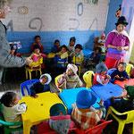 Besuch in einem Kindergarten. Marion verteilt dänische Butterkekse.