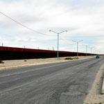 Wir fahren zum Grenzübergang im Osten von Mexicali - immer am Grenzzaun zur USA entlang.