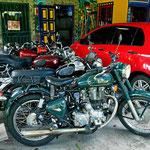 Der (deutsche) Inhaber sammelt englische Motorräder.