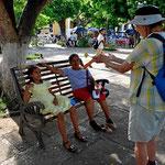 Auf dem Zentralplatz viele kleine Mädchen mit ihren schönsten Kleidern.