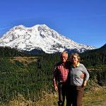 Wir vor dem Mount Rainier.