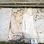 Wie überall in den Mayastädten sind die Reliefs schon sehr verwittert.