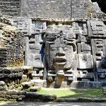 Ein (restauriertes) Göttergesicht. Leider sind die Stelen in dxen Mayastädten durch Verwitterung fast unkenntlich geworden.