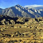 Die Alabama Hills vor der Sierra Nevada