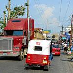 Extrem starker LKW-Verkehr auf einer engen Dorfstraße.