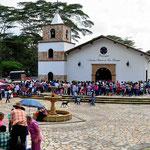 Der Montag ist ein anscheinend wichtiger katolischer Feiertag (irgend etwas mit der heiligen Maria) und leider der Beginn der Sylvesterknallerei in Kolumbien. Diese Kirche auf der Hochfläche Loas Santos ist voll mit Gläubigen.