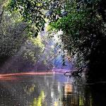 Der Guyabeno River ist ein kleiner Fluss und das Boot ist das übliche Verkehrsmittel.