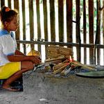 Es ist eine junge Indio, erst 14 Jahre alt, die uns alles zeigen will.