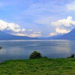 Blick auf die drei Vulkane auf der anderen Seeseite. Sie sind fast 4000 m hoch.