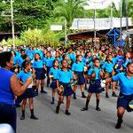 Schulgruppen feiern den Nationalfeiertag nach (Unabhängigkeitstag).