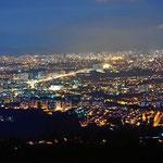 Bucaramango am Abend von unserem Stellplatz bei den Paragluidefliegern aus gesehen.