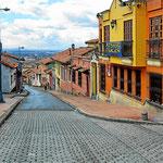 Eine Straße in Candelaria, der Altstadt von Bogota. Im Haus rechts vorne ist die Wohnung von Jasmin und Frank.