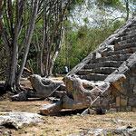Die Aufgänge zu den Pyramiden ziehren Schlangen, unten die Schlangenköpfe.