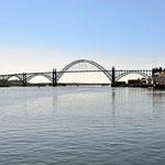 Die 101 überquert mit dieser Brücke den Hafen von Newport.
