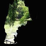 Rückblick aus der Höhle zum Fluss. Leider ist die Höhle zu dunkel, um dort zu fotografieren.