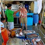 Unterwegs halen wir an zum Fischkauf.