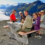 Eine fröhliche Travelerrrunde am Gletscher.