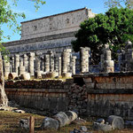 """Der Tempel der Krieger mit der """"Gruppe der tausend Säulen""""."""